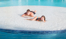 Niña alegre y adolescente sonrientes hermosos que se relajan en la isla de la piscina en día magnífico hermoso del verano Imagen de archivo