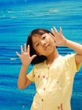Niña asiática en fondo azul Imagenes de archivo