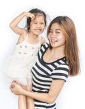 Niña asiática feliz con su madre Foto de archivo