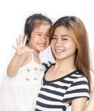 Niña asiática feliz con su madre Imagen de archivo