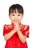 Niña asiática que le desea Año Nuevo chino feliz con Congra Fotos de archivo libres de regalías