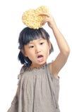 Niña asiática que sostiene la bolsa del corazón Imagen de archivo libre de regalías