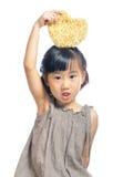 Niña asiática que sostiene la bolsa del corazón Fotos de archivo