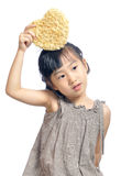 Niña asiática que sostiene la bolsa del corazón Fotografía de archivo