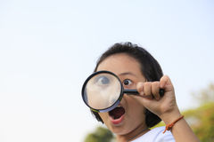 niña que sostiene una lupa Fotos de archivo libres de regalías