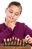 Niña atractiva que juega a ajedrez Fotografía de archivo libre de regalías