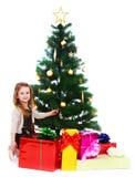 Niña bajo el árbol de navidad Foto de archivo libre de regalías