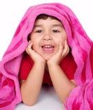Niña bajo la manta rosada Imágenes de archivo libres de regalías