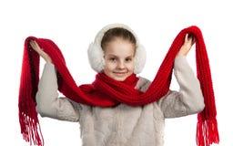 Niña bastante alegre en cosas calientes del invierno con la bufanda hecha punto Foto de archivo