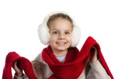 Niña bastante alegre en cosas calientes del invierno con la bufanda hecha punto Fotografía de archivo libre de regalías