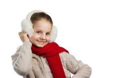 Niña bastante alegre en cosas calientes del invierno con la bufanda hecha punto Imágenes de archivo libres de regalías