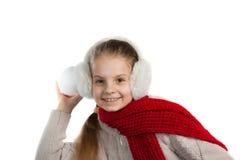 Niña bastante alegre en cosas calientes del invierno con la bufanda hecha punto Imagen de archivo