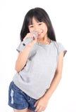 Niña bonita con el micrófono en su mano Imagen de archivo