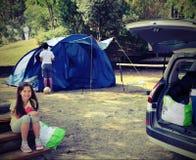 Niña bonita en acampar con la tienda y su hermano con Fotos de archivo