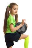 Niña bonita en camisa verde con el balón de fútbol Fotografía de archivo