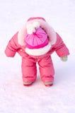 Niña bonita en prendas de vestir exteriores del invierno. Foto de archivo libre de regalías