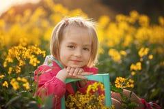 Niña bonita hermosa del retrato en campo amarillo en día de verano soleado foto de archivo