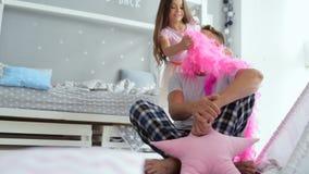 Niña bonita que lleva una bufanda rosada en su padre almacen de metraje de vídeo