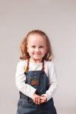 Niña bonita que presenta en estudio Fotografía de archivo libre de regalías