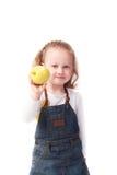 Niña bonita que sostiene la manzana aislada en blanco Fotografía de archivo