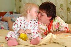 Niña bonita y el su jugar de la madre. Foto de archivo libre de regalías
