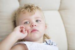 Niña cabelluda y azul observada rubia adorable en silla fotografía de archivo libre de regalías