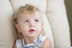 Niña cabelluda y azul observada rubia adorable en silla fotos de archivo libres de regalías