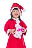 Niña china asiática en el traje de santa que sostiene la caja de regalo Fotografía de archivo libre de regalías