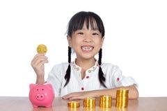 Niña china asiática que sostiene Bitcoin de oro Imágenes de archivo libres de regalías