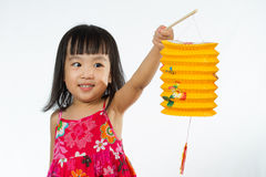 Niña china que se considera latern Fotos de archivo libres de regalías