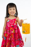 Niña china que se considera latern Foto de archivo libre de regalías