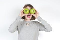 Niña con dos manzanas verdes Imagenes de archivo