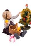 Niña con el árbol de navidad Foto de archivo
