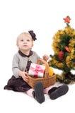 Niña con el árbol de navidad y los regalos Imagenes de archivo