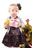 Niña con el árbol de navidad y los regalos Fotografía de archivo