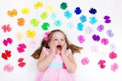 Niña con el arco colorido Accesorio del pelo Fotografía de archivo libre de regalías