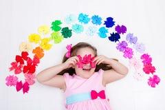 Niña con el arco colorido Accesorio del pelo Imagen de archivo libre de regalías