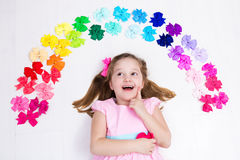 Niña con el arco colorido Accesorio del pelo Imágenes de archivo libres de regalías