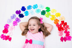 Niña con el arco colorido Accesorio del pelo Foto de archivo libre de regalías