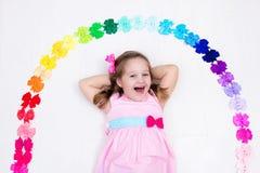 Niña con el arco colorido Accesorio del pelo Fotos de archivo