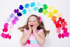 Niña con el arco colorido Accesorio del pelo Fotos de archivo libres de regalías
