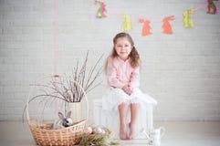 Niña con el conejo y las decoraciones de pascua Imágenes de archivo libres de regalías