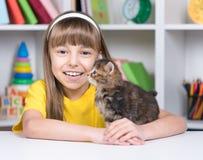 Niña con el gatito Foto de archivo libre de regalías