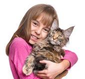 Niña con el gatito de Maine Coon Fotos de archivo libres de regalías