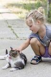Niña con el gato Fotografía de archivo