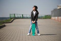 Niña con el monopatín en la calle Foto de archivo