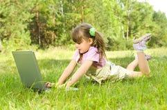 Niña con el ordenador Imagen de archivo libre de regalías
