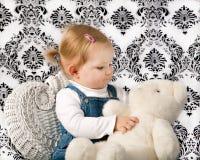 Niña con el oso blanco del peluche Foto de archivo libre de regalías