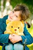 Niña con el oso de peluche Foto de archivo libre de regalías