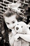Niña con el oso en los tonos de Brown Foto de archivo libre de regalías